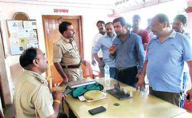 400 रुपए के लिए दवा व्यापारी ने एमआर को पीटा, थाने में आरोपी बना 'मेहमान'