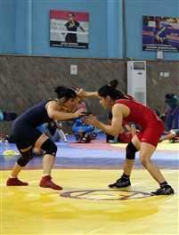 बहन को हराकर विनेश भारतीय महिला कुश्ती टीम में