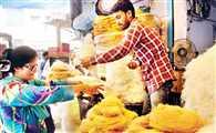सेवइयों की वेरायटी से पटा बाजार, खूब उमड़ रहे हैं खरीदार