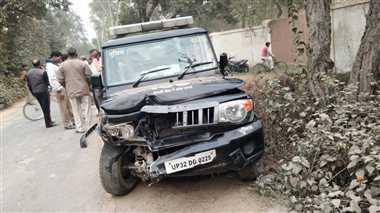 पुलिस की यूपी 100 वाहन ने स्कूल वैन को मारी टक्कर