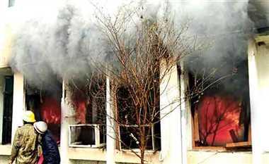 धूं-धूं कर जलता रहा प्रिंसिपल का चैंबर, फायर ब्रिगेड को नहीं दी सूचना
