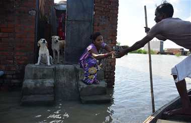 पानी में डूबी हजारों जिंदगियां, उजड़ी गृहस्थी के बीच रोटी के लाले