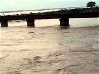 रामगंगा में बाढ़ से कटान, ग्रामीणों ने शुरू किया पलायन