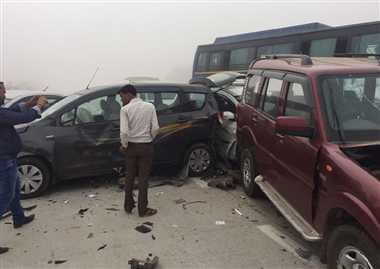 एक्सप्रेस-वे पर टकराए दो दर्जन वाहन, एक की मौत