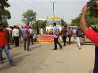 जलभराव के विरोध में रोड पर लगाया जाम
