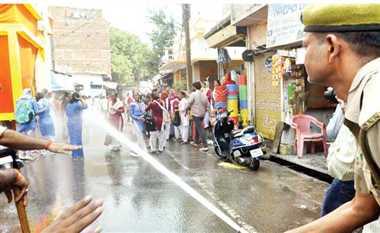 बीटीसी परीक्षा निरस्त होने से नाराज प्रशिक्षुओं पर पुलिस ने की पानी की बौछार