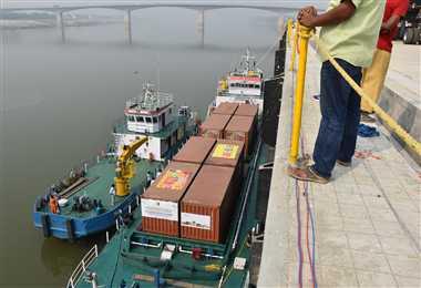 गंगा की लहरों पर चलकर आया हजारों टन सामान