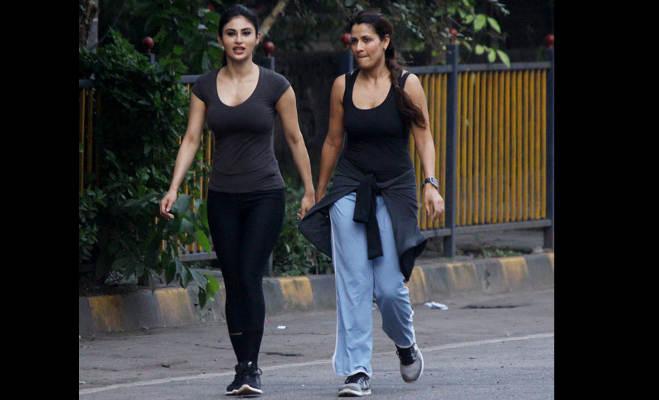 तस्वीरों में बिना मेकअप मुंबई की सड़कों पर पैदल घूमते दिखीं मौनी रॉय,इस सवाल पर तोड़ी अपनी चुप्पी