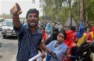 यूनिवर्सिटी में प्रदर्शन कर रहे छात्र-छात्राओं पर लाठीचार्ज