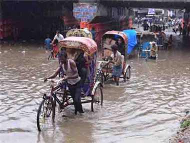 30 मिनट में शहर लबालब, बाढ़ में फंसे बच्चे