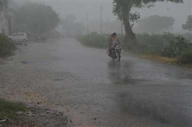 आंधी के साथ हुई बारिश, मिली गर्मी से राहत