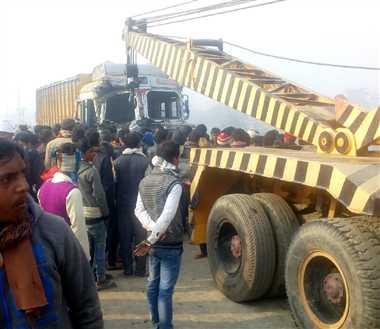 कोहरे में ट्रक से टकराई बस, उत्तराखंड के 2 लोगों की गई जान, 34 श्रद्धालु अस्पताल में भर्ती
