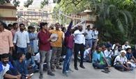 सिस्टम की मनमानी को लेकर धरने पर बीएचयू के छात्र