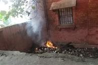 ट्रेनिंग न देने से नाराज कर्मचारी जला रहे मेडिकल वेस्ट