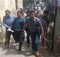 मथुरा के बीएसए ऑफिस में बाबू 10 हजार रुपये रिश्वत लेते पकड़ा
