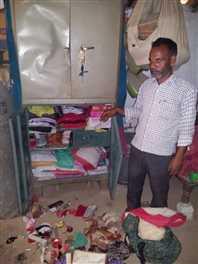 टीचर के घर में घुसकर लूट, विरोध पर की फायरिंग
