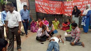 बीसीबी में बर्खास्त कर्मचारियों का प्रदर्शन जारी एक बेहोश, नहीं हो सकी काउंसलिंग