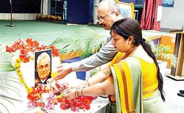 पूर्व प्रधानमंत्री को 'शांति' से दी गोरखपुर ने श्रद्धांजलि