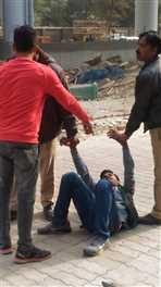 एलयू में छात्र दूसरे छात्र पर किया रिवाल्वर से फायर, दोनों पक्षों में जमकर हुई मारपीट