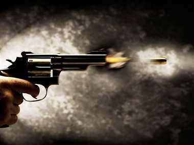 छात्रा के गले पर चाकू रखकर दोस्त को मारी गोली
