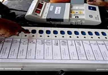 नई ईवीएम पर बटन दबाएंगे बनारसी