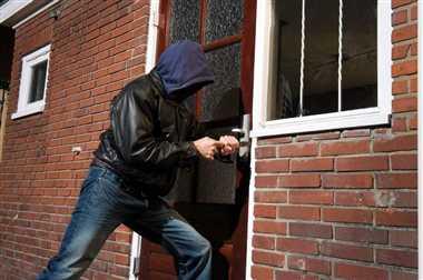 आगरा में जगार होने पर चोर ने हाथ में काट लिया