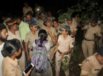 मुंबई के आरे में लगी धारा 144, बाॅम्बे हाई कोर्ट के आदेश से हजारों पेड़ काटने के विरोध में उतरे लोग