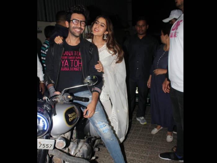 love aaj kal screening : सारा को ले कर बाइक से पहुंचे कार्तिक,देखें तस्वीरें