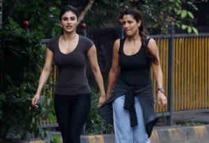 तस्वीरों में बिना मेकअप मुंबई की सड़कों पर पैदल घूमते दिखीं मौनी रॉय, इस सवाल पर तोड़ी अपनी चुप्पी