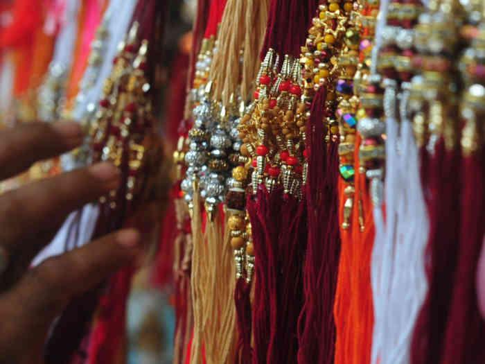 happy raksha bandhan 2019: इसलिए बहनें भाइयों की कलाई में बांधती हैं राखी