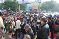 संजय प्लेस पार्किग विवाद: व्यापारियों ने नगर निगम के लिए मांगी भीख