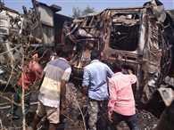 हाइवा-ट्रेलर भिड़े, ड्राइवर व एक बच्चा जल गए