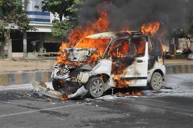 आग का गोला बनी चलती कार