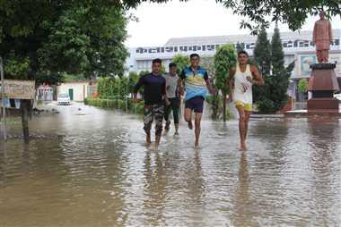 आंधी-बारिश से शहर बेहाल, घरों में भरा पानी