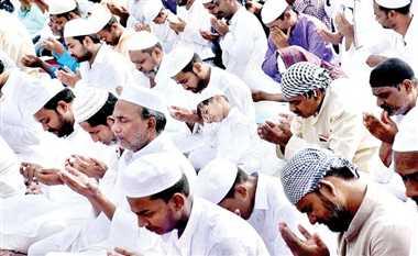 अल्लाह की राह में पेश की गई कुर्बानी, अदा की नमाज