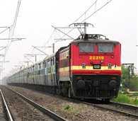 पैसेंजर्स को मौत के मुंह में ले जाती है रेलवे की लापरवाही