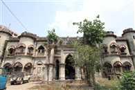 धीरे-धीरे इतिहास बनता जा रहा है टूटी इमाम भवन