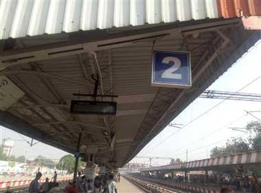 'बुझी बत्ती' के भरोसे ट्रेनों की कोच पोजिशन बता रहा रेलवे