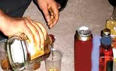 बिहार के लिए दारू का स्टेशन बना गोरखपुर, रोज जब्त हो रही साढ़े तीन लाख की शराब