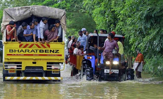 केरल में बाढ़ प्रभावित इलाकों का जायजा लेने पहुंचे पीएम मोदी,180 लोगों की हुर्इ मौत
