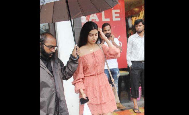 तस्वीरें: कैमरे में कैद बारिश में भीगती श्रीदेवी की बेटी तो कहीं सुनील शेट्टी का बेटा