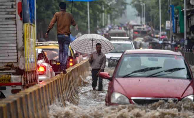 मानसून के पहुंचते ही मुंबर्इ में हुर्इ भारी बारिश,तस्वीरों में देखें कैसे शहर हुआ पानी-पानी