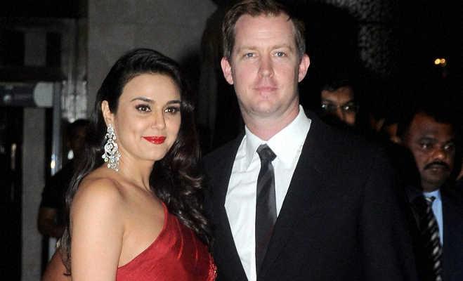सिर्फ श्रिया सरन ही नहीं इन बॉलीवुड ब्यूटीज ने भी की है फॉरेनर्स से शादी