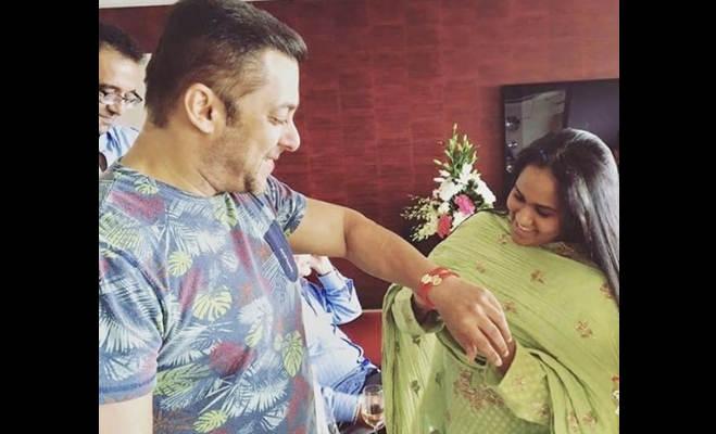 तस्वीरें : सिंबा स्टार सारा खान ने नन्हें तैमूर का किया टीका,तो इन बॉलीवुड स्टार्स ने इस तरह मनाया रक्षाबंधन