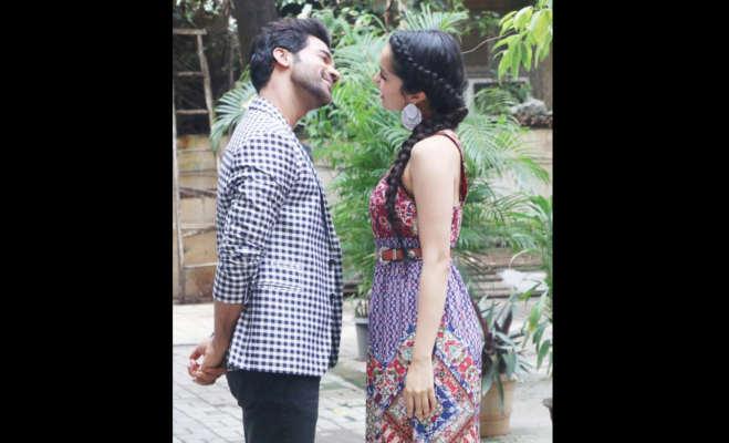 तस्वीरें : स्त्री स्टार्स राज कुमार और श्रद्धा कपूर दिखे एक दूसरे को प्यार से निहारते,क्या है ये मामला