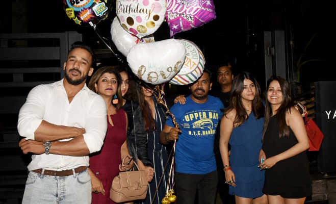 एकता कपूर के 42वें जन्मदिन को सेलीब्रेट करने पहुंचे ये सेलेब्स,देखें पार्टी की तस्वीरें
