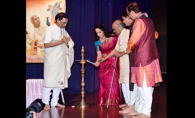 जन्माष्टमी पर ग्रेसी सिंह ने कृष्ण बन मोहा मन,हेमा मालिनी भी खुद को ये काम करने से नहीं पाईं रोक