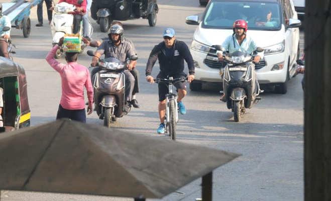 तस्वीरें: सलमान साइकिल से निकले मुंबई की सड़कों पर,जानें जा रहे थे कहां