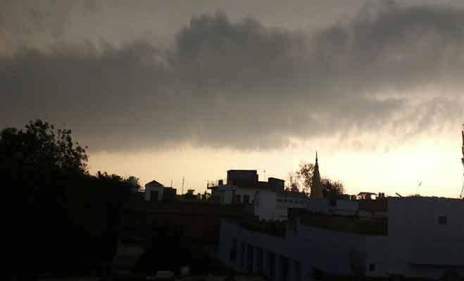 यूपी और उत्तराखंड में सरकार के साथ बदल गया मौसम,अचानक बढ़ी ठंड