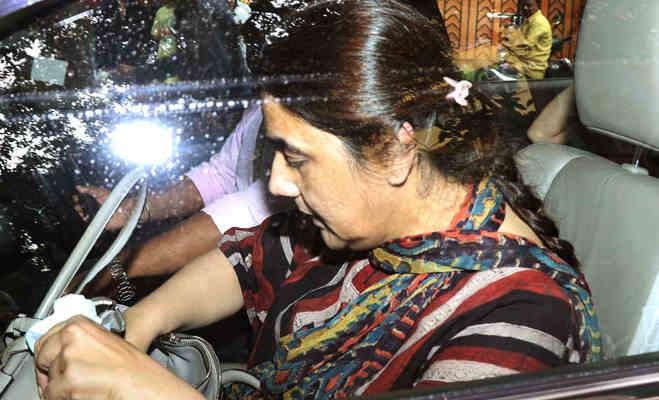 तस्वीरें : मंदिर के बाहर सारा अली खान दान देते हुईं स्पॉट,क्या डेब्यू फिल्म सिंबा के लिए कर रहीं ये पुण्य का काम